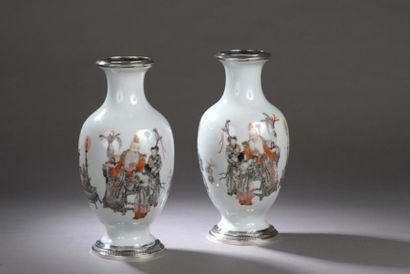 PAIRE DE VASES de forme balustre en porcelaine à décor d'émaux polychromes et grisaille...