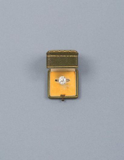 CARTIER - Bague en platine 900‰, sertie par six griffes d'un diamant taille ancienne...