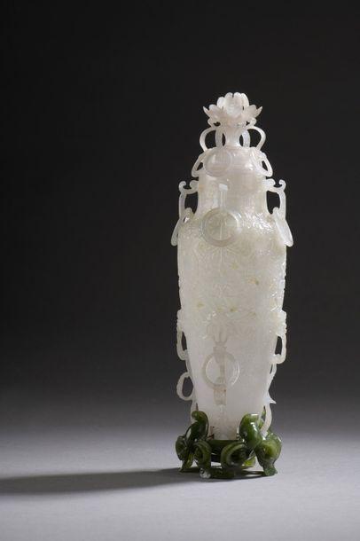 Vase en jade-néphritre de style dit ''moghol'', à décor en léger relief de feuilles...