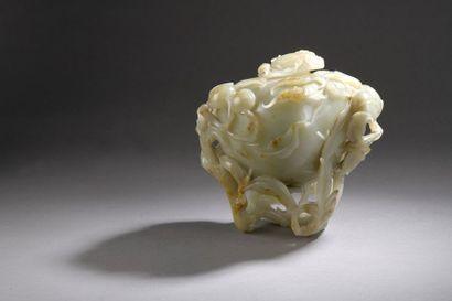 Pot couvert en jade-néphrite de couleur céladon à fines taches rouille, en forme...