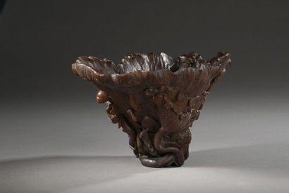 Coupe libatoire en corne de rhinocéros de couleur caramel sombre, en forme de feuille...