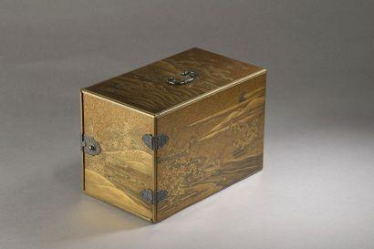 Cabinet (kodansu) en laque à décor en hiramaki-e de pins et de flots sur le dessus...