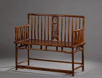 Banc en bois exotique vernis, l'assise rectangulaire, les accotoirs légèrement galbés,...