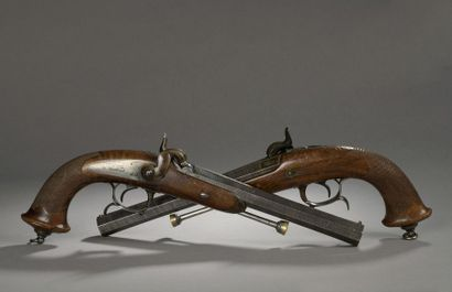 Paire de pistolets d'officier à percussion modèle 1833, canons à ruban en damas...