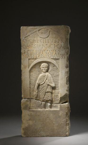 Stèle funéraire sculptée en léger relief...