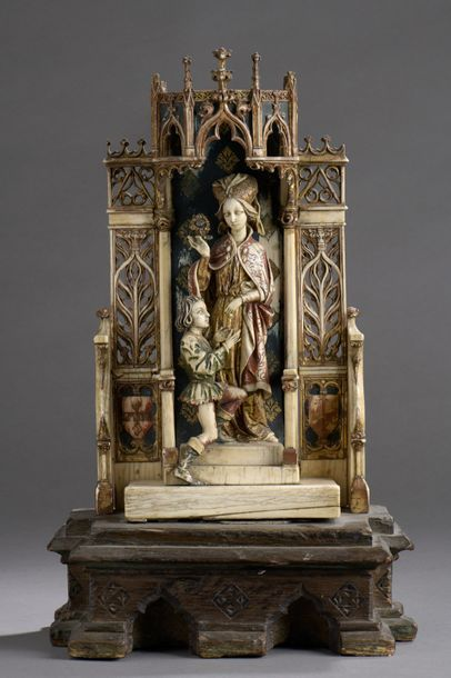 SCULPTURE en ivoire polychrome à décor médiéval...