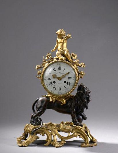 Pendule au lion en bronze ciselé et doré,...
