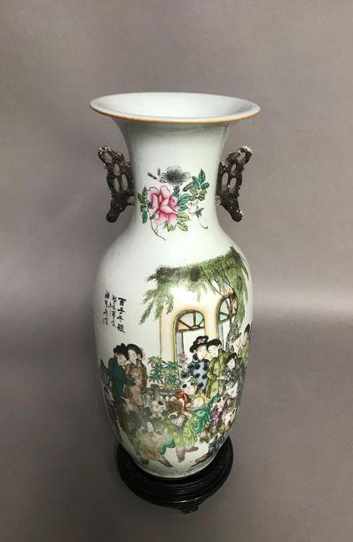 Grand vase balustre en porcelaine à décor...