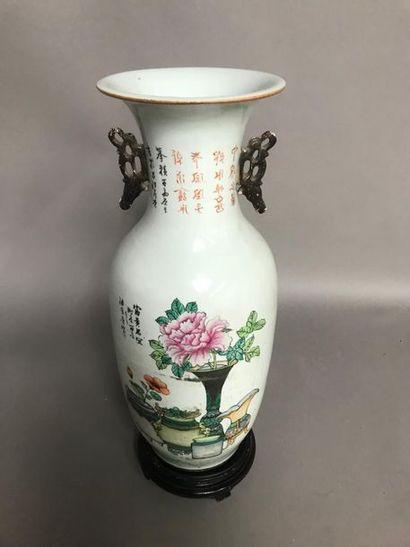 Grand vase balustre en porcelaine à décor d'émaux polychromes d'objets mobiliers...