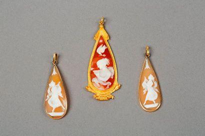 Trois pendants sertis de camées coquille,...
