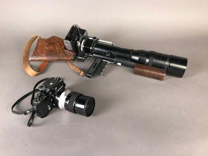 *Trois appareils photographiques Nikon, dont...