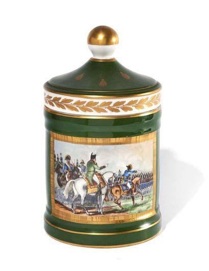 POT A TABAC En porcelaine, peint en vert,...
