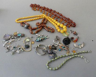 Lot de bijoux fantaisie et colliers dive...