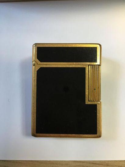 DUPONT Briquet en plaqué or et laque.