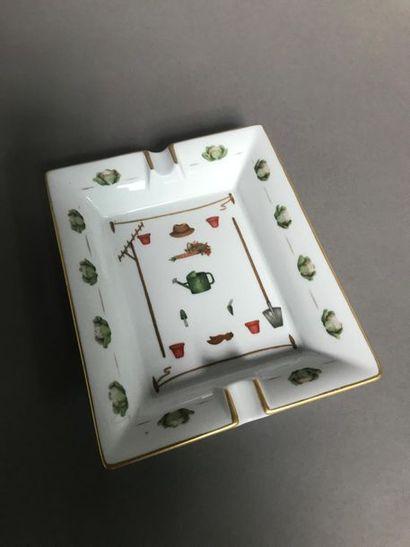 HERMES Cendrier en porcelaine blanche à décor...