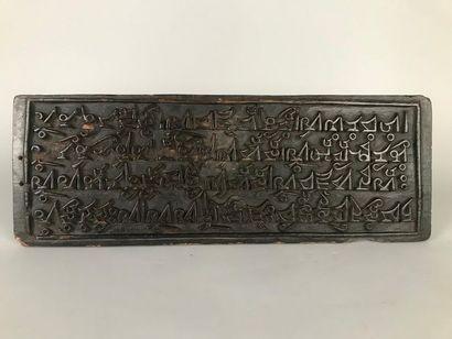 TIBET Panneau de bois gravé d'écritures (Manques)...