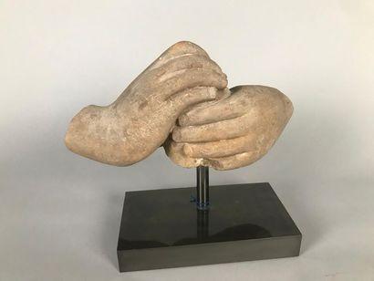 INDE Fragment de statue en grès beige représentant...