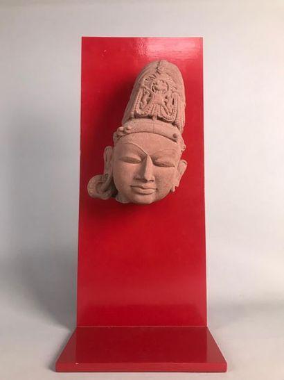 INDE Tête de divinité en grès rose sculpté...