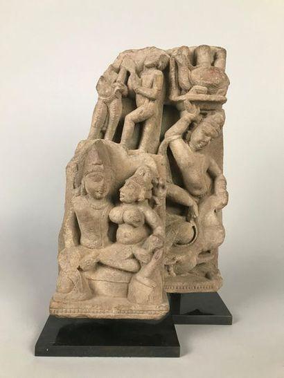 INDE Bas-relief sculpté en grès représentant...