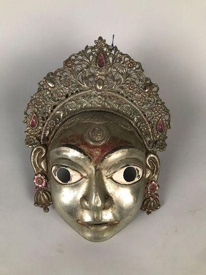 NEPAL Masque en métal repoussé, surmonté...
