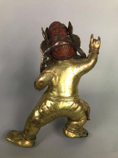 TIBET Statuette en bronze doré représentant une divinité courroucée dansante, couronne...