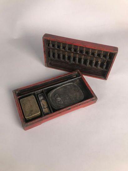 CHINE, XIXe Coffret en bois laqué rouge contenant...