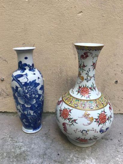 CHINE Vase pansu en porcelaine émaillée à...