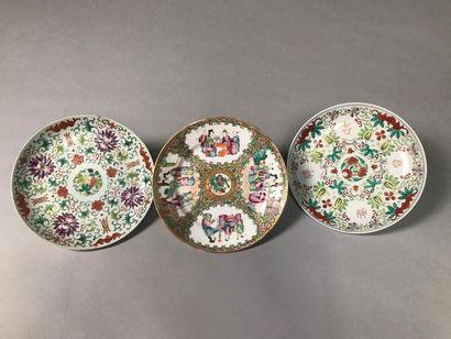 CHINE Trois assiettes en porcelaine de Chine...