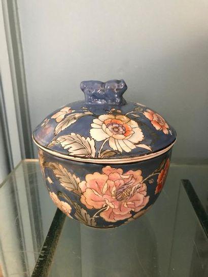 CHINE Pot couvert en porcelaine fond bleu...