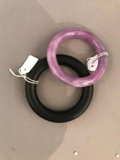 Deux bracelets L'un en corne et l'autre en...