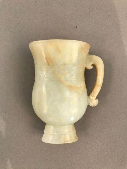 Vase de type rhyton sur talon court en jade-néphrite...