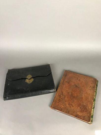*Porte-document en cuir noir estampé de fleurs...