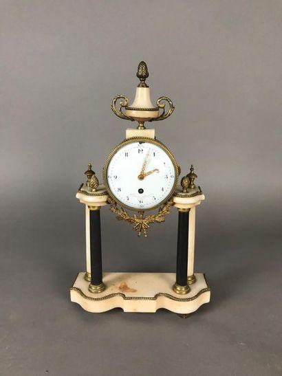 *Pendule portique en albâtre et bronze doré....
