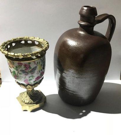 Cassolette en porcelaine et monture en bronze...