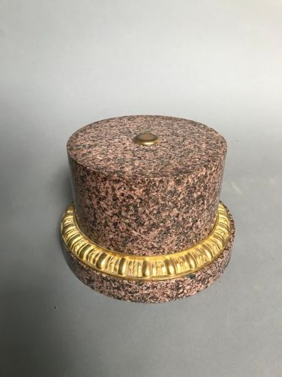 SOCLE CIRCULAIRE En marbre, monture en bronze...
