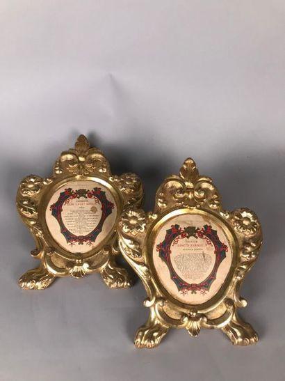 Deux cadres en bois sculpté et doré de fleurs...