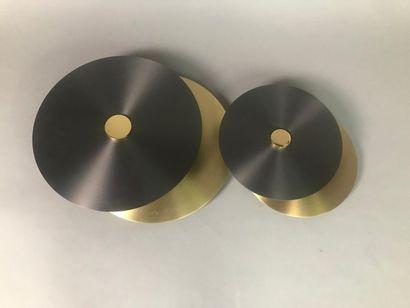 DEUX APPLIQUES En métal gris et doré de forme...