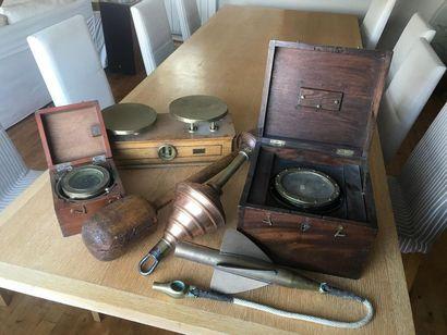 Lot d'objets sur le thème de la marine comprenant...