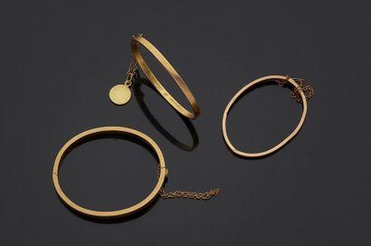 Lot de trois bracelets joncs pour enfant...