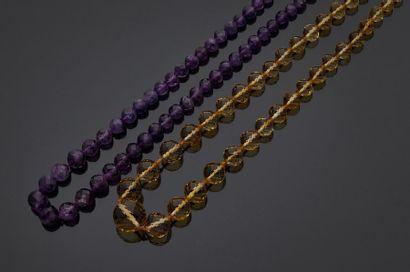 Deux colliers en pierres de couleurs violet...