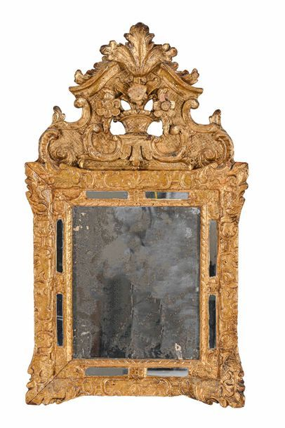 Miroir à parecloses en bois sculptés et dorés...