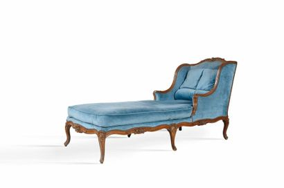 Chaise longue en noyer sculpté à décor de...