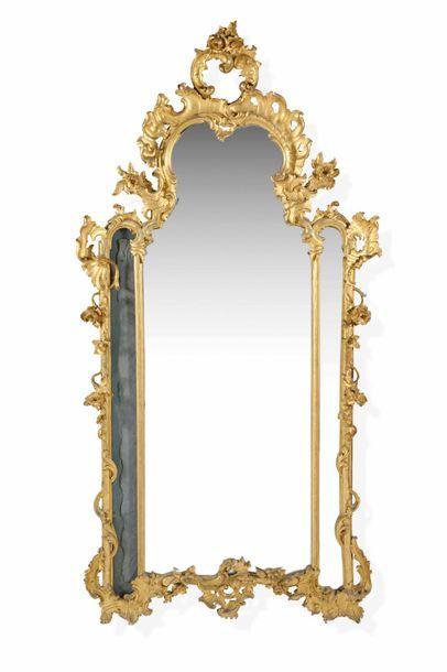 Miroir à parecloses en bois sculpté et doré...