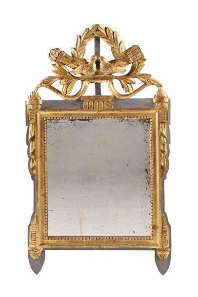 Miroir en bois peint et doré, le fronton...