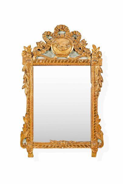 Miroir en bois peint et doré à décor d'entrelacs,...