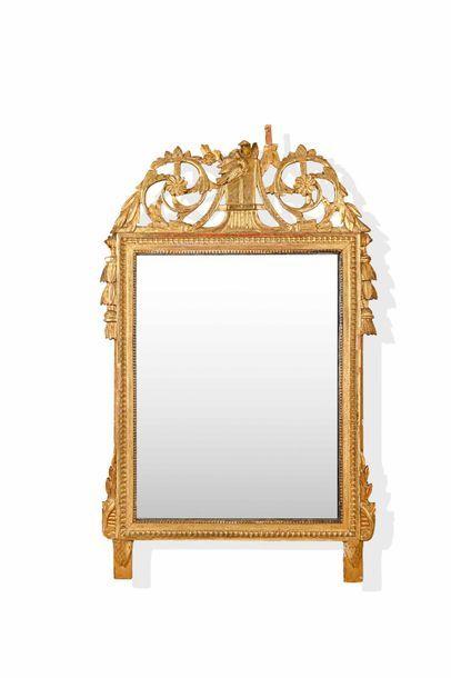 Miroir en bois doré, le fronton à décor ajouré...