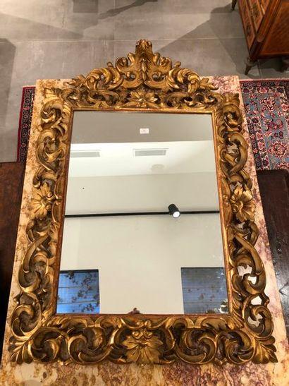 Miroir en bois redoré à décor ajouré de rinceaux...