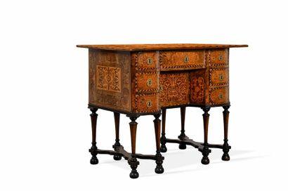 Petit bureau Mazarin en marqueterie de bois...