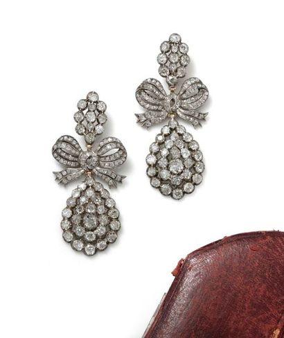 Importante paire de pendants d'oreilles en alliage d'or rose (750/1000) et d'argent...