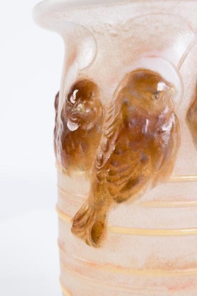 Gabriel ARGY-ROUSSEAU (1885-1953)  Vase au huit moineaux.  Pâte de verre de couleur...